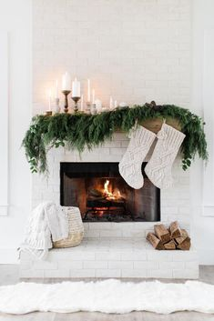 Cosy Christmas, Modern Christmas Decor, Christmas Fireplace, Farmhouse Christmas Decor, Christmas Mantels, Christmas Home, Christmas Holidays, White Christmas, Christmas Ideas