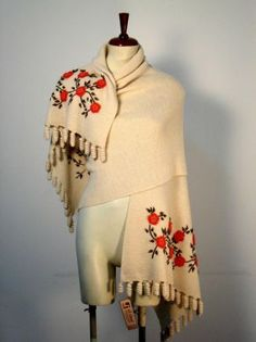 Weißer Schal mit #Tornillo #Bordados Stickereien, Alpakawolle. Ein kostbarer Schal, aufwändig mit Tornillo Bordadas Stickereien gestaltet. Eine hunderte von Jahren alte Tradition der Stickerei aus #Peru, eine aufwendige und liebevolle Handarbeit.