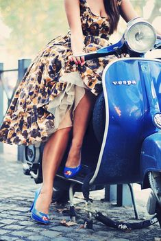 Travel in Italian Style on Vespa.--love the tardis blue vespa but especially the flower dress Vespa Girl, Scooter Girl, Fashion In, Vintage Fashion, Fashion Decor, Dress Fashion, Fashion Ideas, Fashion Shoes, Fashion Check