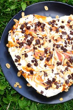 Snickers-jäätelökakku - suklaapossu.blogspot.fi Snickers Ice Cream Cake, Ice Cream Recipes, Hawaiian Pizza, Vegetable Pizza, Food And Drink, Sweets, Baking, Eat, Desserts