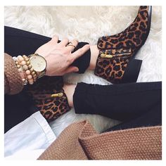 Leopard Print Ankle Boots with black skinny jeans, white tail out shirt and oversized chunky cardigan How To Have Style, My Style, Cute Shoes, Me Too Shoes, Botines Casual, Bootie Boots, Shoe Boots, Ankle Booties, Leopard Print Ankle Boots