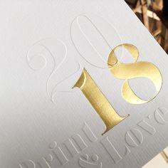 TRÈS BEL EFFET DE SUPERPOSITION, #ESTAMPAGE ET #DORURE #GOLD POUR UNE #CARTEDEVOEUX IMPRIMÉE SUR MESURE POUR UN #PROFESSIONNEL Impression Feuille D'or, Book Design, Cover Design, Posters Conception Graphique, Red Packet, Typography Layout, Print Layout, Foil Stamping, Graphic Design Posters