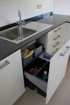 #diseno de #cocinas Diseño de cocinas en Las Rozas (Madrid) cocina moderna modelo Roma blanco con encimera granito negro