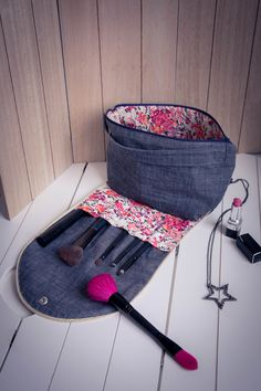 Le e-patron de la trousse de maquillage Ada - Sewing Hacks, Sewing Crafts, Sewing Tutorials, Sewing Patterns, Sewing Tips, Elsbeth Und Ich, Diy Kit, Leftover Fabric, Creation Couture