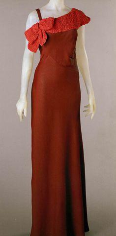 1932 Schiaparelli robe du soir en crêpe rouge.
