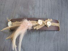 Bruine band met touw en roosjes/ veertjes