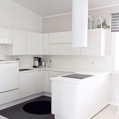 Valkoinen Puustelli keittiö / kök Beige Walls, Washing Machine, Kitchen Decor, New Homes, Home Appliances, Interior Design, Instagram Posts, Wall Ideas, Inspiration