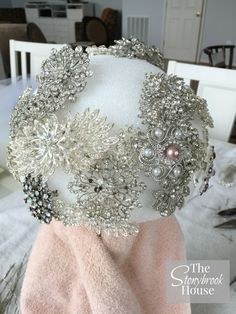 Wedding Bouquets More Brooches Added to Brooch Bouquet - How to Make a Beautiful Brooch Bouquet Bouquet Bling, Broch Bouquet, Wedding Brooch Bouquets, Bride Bouquets, Brooch Bouquet Tutorial, Diy Bouquet Mariage, Wedding Crafts, Wedding Ideas, Marie