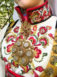 Bilderesultater for Rødtrøyebunad Folklore, Folk Costume, Costumes, Folk Clothing, Folk Embroidery, My Heritage, Fabric Painting, Scandinavian Design, Traditional Outfits