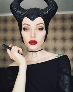 5 Disney Villain Costumes That Prove Bad Girls Have More Fun (With Makeup!) Although I love a good Disney princess, they tend to rock the look. The Disney villains, however, are on top of their makeup game. Maleficent Cosplay, Maleficent Makeup, Disney Makeup, Disney Cosplay, Malificent Costume Diy, Disney Villains Makeup, Disney Costume Makeup, Disney Princess Makeup, Halloween Inspo