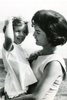 Sur la première photo, Jackie Kennedy avec sa fille Caroline vers 1959. Sur la deuxième photo, Jackie Kennedy posant avec Carolin...