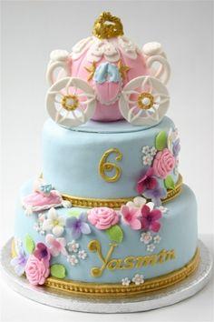 une calèche de princesse sur un gâteau à étages