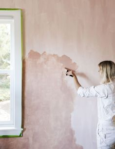 Add richness, depth, and dimension to a room with this lime wash wall paint technique. Sponge Painting Walls, Diy Painting, Painting Textured Walls, Creative Wall Painting, Interior Painting, Fabric Painting, White Wash Walls, Lime Paint, Distressed Walls