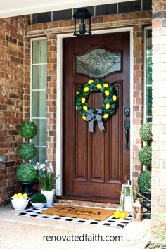 DIY topiary trees are the perfect front porch decor as they are versatile for any season. Here's a budget-friendly tutorial with topiary decorating ideas! Topiary Decor, Outdoor Topiary, Topiary Trees, Boxwood Topiary, Topiaries, Diy Home Decor Bedroom, Easy Home Decor, Diy Centerpieces, Christmas Centerpieces