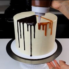How to chocolate caramel drip cake Cake Decorating Techniques, Cake Decorating Tutorials, Cookie Decorating, Bolo Drip Cake, Drip Cakes, Cake Cookies, Cupcake Cakes, Patisserie Fine, Chocolate Drip Cake