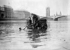 Mud, Flood And Blood: Photos Of London's River Thames - Flashbak Vintage London, Old London, London City, Blood Photos, London Pride, London History, River Thames, Old Port, London Photos