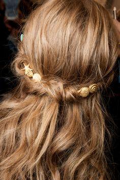 Osez les bijoux de cheveux pour rehausser une coiffure un peu casual