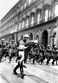 I legionari italiani di ritorno dalla Spagna sfilano in piazza del Plebiscito.