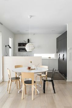 Diaz, zonwering, shutters, The Art of Living Online Small Dining Table Apartment, Dining Area, Kitchen Reno, Kitchen Dining, Scandinavian Home, Kitchen Interior, Decorating Your Home, Home Kitchens, Sweet Home