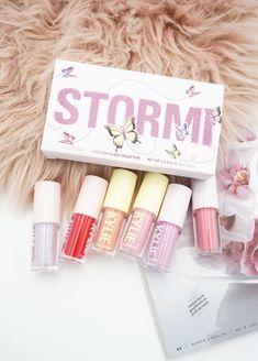 Kylie Cosmetics Stormi Collection Mini High Gloss Set Review ⋆ Beautymone Kylie Makeup, Makeup Kit, Makeup Brush, Makeup Tools, Makeup Items, Makeup Brands, Makeup Products, Beauty Products, Kylie Jenner Makeup Collection