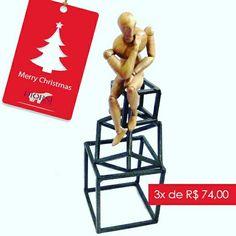 Homens modernos, de bom gosto e antenados com decoração, também tem espaço por aqui!  Boneco 3D em madeira no cubo de ferro fundido.  Para comprar, acesse: www.diorsidecor.com.br WhatsApp (12) 9 9715 2022