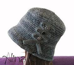 Cappello cloche all uncinetto con passamaneria e bottoni vintage 3108d56c4756