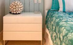 Criado-mudo branco: 40 ideias para decorar com este item Master Suite, Dresser, Room Decor, Table, Furniture, Bedrooms, Mosaic Crafts, Beds, Organize
