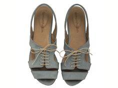 """סנדלי שירלי כחול ג'ינס.  לבירור מידות הנמצאות במלאי, נא לשלוח הודעה טרם הרכישה.   דגם מושלם למי שמבלה ימים ארוכים על הרגליים ואוהבת להיראות במיטבה מבלי לוותר על נוחות. דגם זה קיים גם שחור, פיסטוק, ג'ינס, טורקיז גובה העקבים: 1.5ס""""מ. חומרים: גפה: עור בטנה: עור סוליה: ניאולייט אנא צייני מידה בעת ההזמנה בריבוע """"הערות למוכר"""" להצטרפות למועדון לקוחות: http://www.tamarshalem.com/#!/c1adp"""