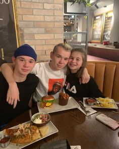 pictame webstagram 𝕲𝖚𝖓𝖓𝖆𝖗𝖘𝖊𝖓𝖘👑 ~ Look Marcus & Emma in the second picture😂 - - - Siblings Goals, Love Twins, My Emma, Cool Inventions, Celebs, Celebrities, Great Friends, Little Sisters, Boy Bands