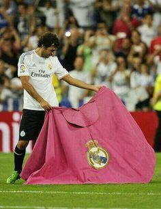 _Raúl after the match Real Madrid Cr7, Real Madrid Players, Pure Football, Football Soccer, Adidas Predator Lz, Bernabeu, Galaxy Print, Soccer Players, Fc Barcelona