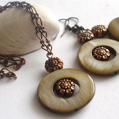 Perleťová+kolečka+Souprava+z+perleťových+koleček,pokovených+korálků+a+komponentů+v+barvě+staroměď.Obvod+náhrdelníku+je+50+cm,délka+náušnic+i+s+háčkem+je+5,5+cm. Stud Earrings, Jewelry, Jewellery Making, Stud Earring, Jewerly, Jewlery, Jewelery, Earring Studs, Ornament