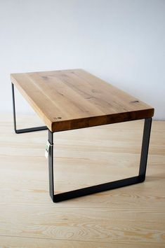 Entworfen und hergestellt von hand von Projekt Drewno aus Eiche Massivholz und Stahl Couchtisch. Es kann zum Beispiel als Nachttisch verwendet