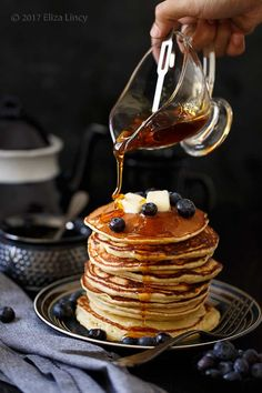 pancake with syrup Sweet Recipes, Whole Food Recipes, Snack Recipes, Dessert Recipes, Desserts, Amazing Food Photography, Exotic Food, Food Blogs, Creative Food