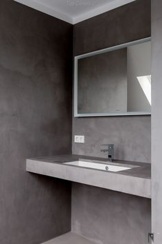 Pictures of a tiled bathroom renovated with microcement. Bathroom Tile Designs, Bathroom Furniture, Bathroom, Easy Furniture Plans, Microcement, Loft Bathroom, Bathroom Decor, Small Bathroom Shelves, Concrete Bathroom