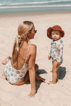 Baby Announcing Ideas Discover Little Posy One Piece Rashie Mom And Baby, Baby Kids, Cute Children, Summer Family Pictures, Baby Beach Pictures, Family Photos, Baby Swimsuit, Mommy And Me Outfits, Cute Kids Outfits
