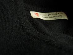 Vintage Signature pull cachemire pringles burberrys maille disponible sur  Etsy    vintage cashmere sweater, black V neck f43d1ceb405b