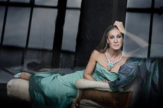 Sarah Jessica Parker wearing the 91 carat Paraiba Tourmaline to be auctioned June Carrie Bradshaw, Manolo Blahnik, Sarah Jessica Parker Lovely, Style And Grace, My Style, Kelly Osbourne, Role Models, Pretty Woman, Florence