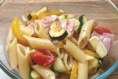 Leckerer Nudelsalt mit gebratenem Gemüse