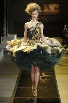 Guo Pei apresenta alta-costura dramática em tom medieval - Vogue | Desfiles