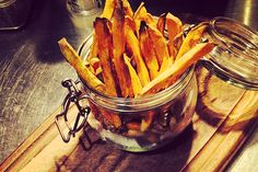 Friet ongezond? Echt niet! Deze zoete aardappel friet uit de oven is hartstikke gezond en lekker. Zoete aardappel recept van Floraa.