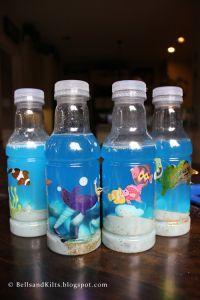 Mare in bottiglia.si mette un po di sabbia e qualche conchiglia in una bottiglia di plastica,si aggiunge qualche goccia di colorante alimentare azzurro,quindi si incollano esternamente dei pesciolini.