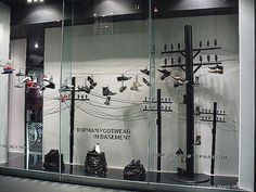 Витрина магазина телеграфные столбы и обувь как птицы