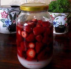 Τα κόκκινα της Άνοιξης: Λικέρ Φράουλα! | stalastinmnimi Smoothie Drinks, Smoothies, Coffee Drinks, Sweet Recipes, Liquor, Raspberry, Food And Drink, Cooking Recipes, Herbs