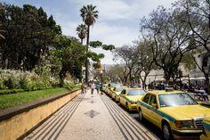 Visiter Funchal, la capitale de Madère - via Miles & Love 04.06.2015 | Funchal est une ville de montagne. Partout où tu regardes (et le spectacle est encore plus saisissant vu de l'océan) les maisons semblent s'agripper à la falaise. Et là où les hommes n'ont pas réussi à construire, tout autour, on découvre une végétation abondante, des jardins fleuris et des terrasses cultivées, donnant à l'ensemble un cachet incroyable. #madeira #portugal #voyage Photo: Centre ville de Funchal