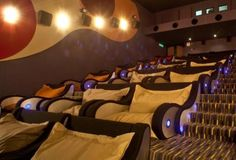 Sala de cinema. - this would be awesome!  Austin, TX plz get one of these & serve cocktails / wine / champagne