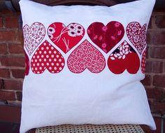 Cojín con aplicación de corazones en telas de estampados rojos. Applique pillows.