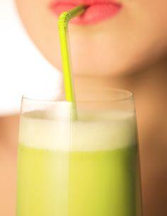 La guapísima Elsa Pataky ha recuperado rápidamente la figura después de dar a luz gracias al ejercicio físico y una dieta saludable que incluye un batido natural cada día como desayuno. ¿Su combinación? Espinacas, lechuga iceberg, tomate, pepino, manzana, frutas del bosque, remolacha y un plátano para darle mejor sabor. Si sigues el ejemplo de la actriz te ahorrarás muchas calorías debido a la menor ingesta de hidratos de carbono y aumentarás tus niveles de energía.