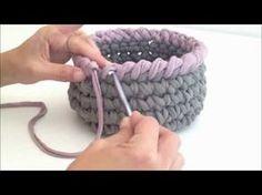 Crochet reverse sc finish to a basket with t-shirt yarn Crochet Bowl, Crochet Basket Pattern, Knit Basket, Crochet Round, Love Crochet, Crochet Motif, Diy Crochet, Crochet Crafts, Crochet Doilies