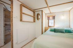 De master bedroom van de Ibiza Surf Lodge! Wat vind jij van de slaapkamer? Surf Lodge, Glamping, Ibiza, Surfing, Furniture, Home Decor, Decoration Home, Room Decor, Go Glamping