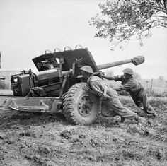 A gun crew of 267 Battery, 67 Anti-Tank Regiment, Royal Artillery prepare a 17 pdr anti-tank gun for action. Military Paint, Military Guns, Military History, Ww2 Pictures, Historical Pictures, Royal Horse Artillery, Ww2 Posters, 11. September, Ww2 Tanks